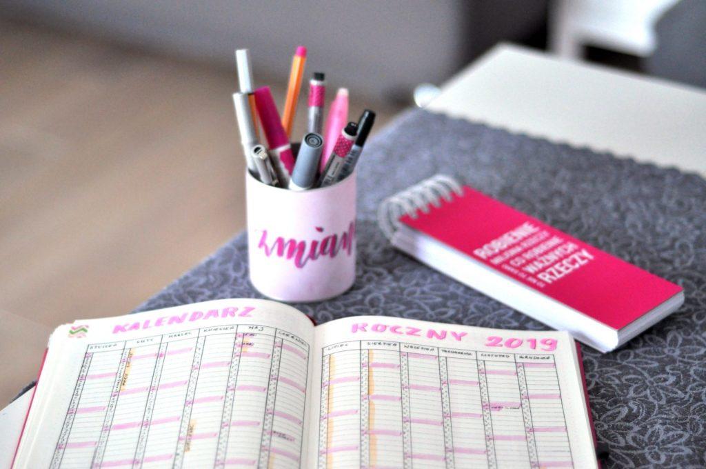 Plany na nowy rok, strona z kalendarzem rocznym.