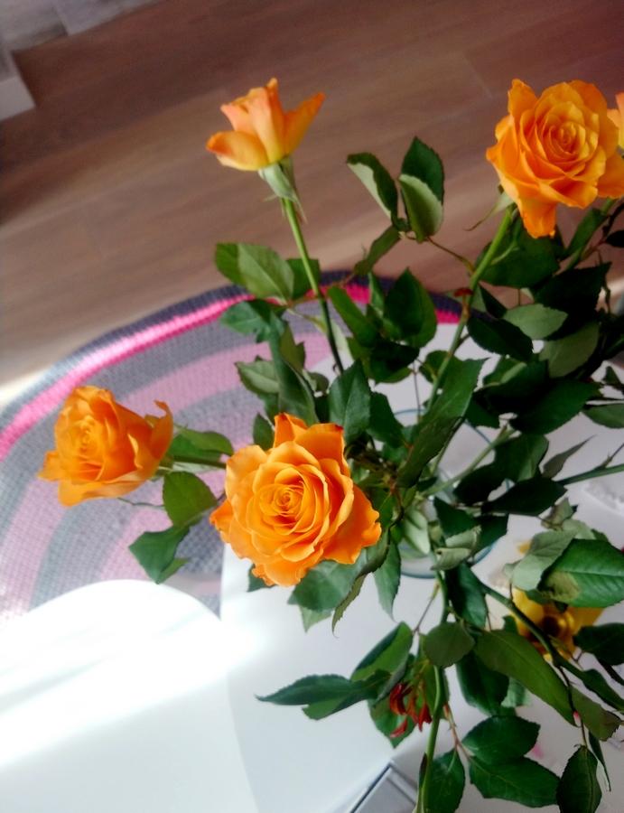 okruchy radości - kwiaty w wazonie